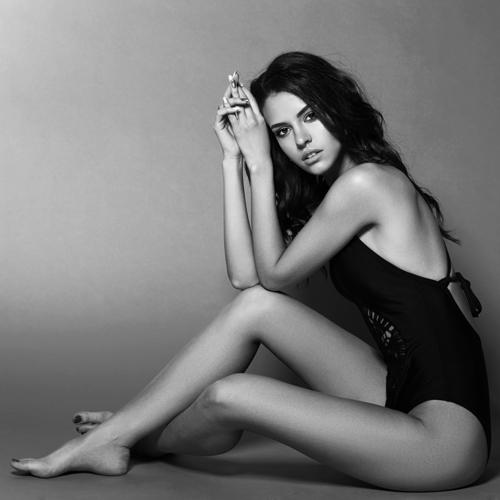 model posing showing body contours